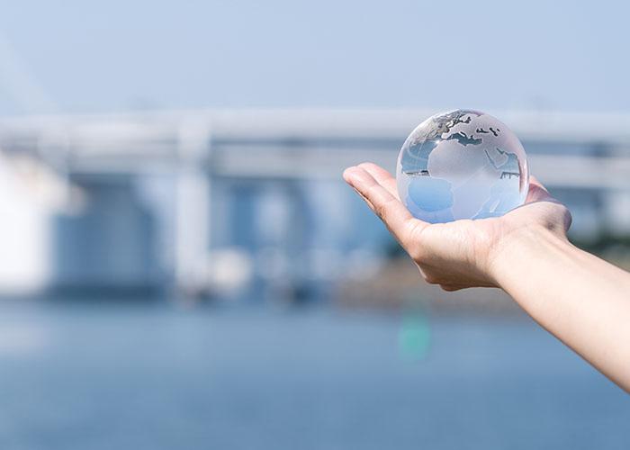 透明な地球儀を持つ手