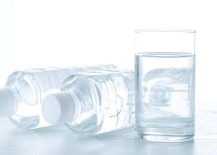 ペットボトル2本とコップに入った水