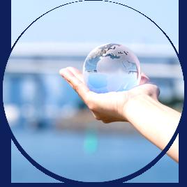 透明な地球儀を持つ手丸