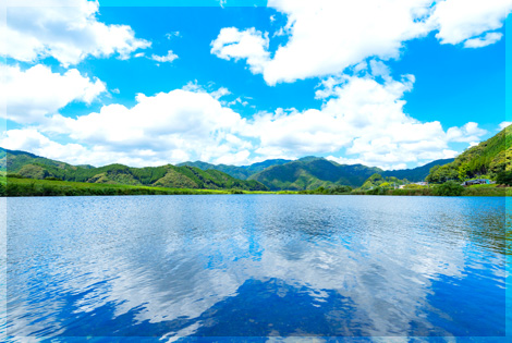 湖面にうつる青空と白い雲